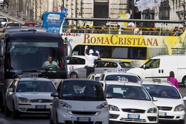 Questa immagine ha l'attributo alt vuoto; il nome del file è foto-traffico-roma.jpg